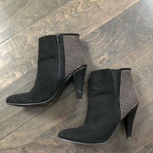 🍾5/$20SALE H&M suede like booties with gold studs